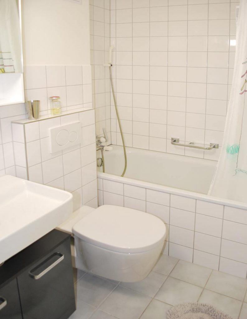 Furnished City Apartment in Basel – bathroom with bath tub